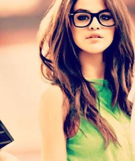 "Biografi Selena Gomez  Biodata   Nama Lengkap: Selena Marie Gomez   Tanggal lahir : 22 Juli 1992 Grand Prairie, Texas, A.S.   Agama : Kristen Katolik  Orang tua : Ricardo Gome & Amanda Cornett     Biografi  Selena Gomez lahir di Grand Prairie, Texas, putri tunggal dari keluarga Ricardo Gomez dan Mandy Cornett, seorang mantan aktris teater yang melahirkan Selena saat berusia 16 tahun. Kedua orang tuanya  bercerai ketika ia berusia 5 tahun, yaitu pada tahun 1997. Mandy sang ibu kemudian menikah kembali pada  tahun 2006 dengan Brian Teefy. Dia dinamakan sesuai dengan nama seorang penyanyi Tejano bernama Selena.   Ayahnya adalah keturunan Meksiko dan ibunya keturunan Italia. Gomez menyatakan bahwa ketika ia masih kecil ia sangat berminat dalam seni akting sejak menonton ibunya tampil di produksi teater. ""Ibuku telah bermain di banyak acara teater, dan aku sering melihatnya berlatih. Ketika ia bersiap siap untuk pentas dan mengenakan riasannya, aku duduk di belakangnya. Dia berkata, ""Kamu akan menghafal alur cerita lebih baik daripada aku!"" Suatu hari aku berkata kepada ibuku, ""Aku ingin menjadi seperti Ibu!""  Bidang Akting, pada usia tujuh tahun saat memerankan Gianna di Barney & Friends. Dia berkata bahwa dia belajar ""segalanya"" tentang bagaimana berakting saat"