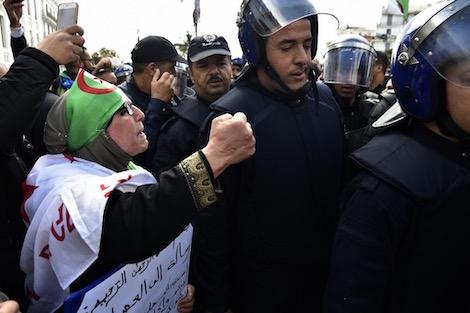 """تشدد الشرطة أمام مجريات """"حراك الجزائر"""" يثير قلق المجتمع المدني"""