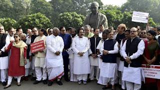 پارلیمنٹ کے احاطہ میں بڑے نوٹوں کی منسوخی کے خلاف احتجاج
