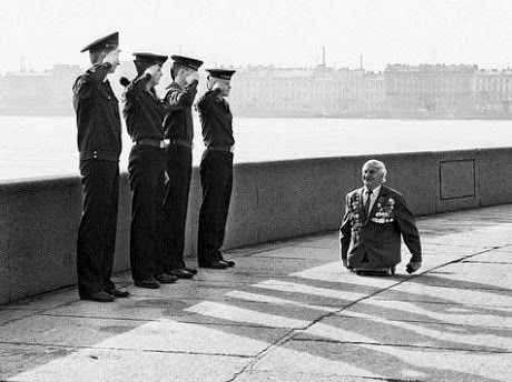 When this man who lost his legs in battle was saluted by 4 soldiers.