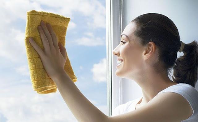 mulher-limpa-vidros