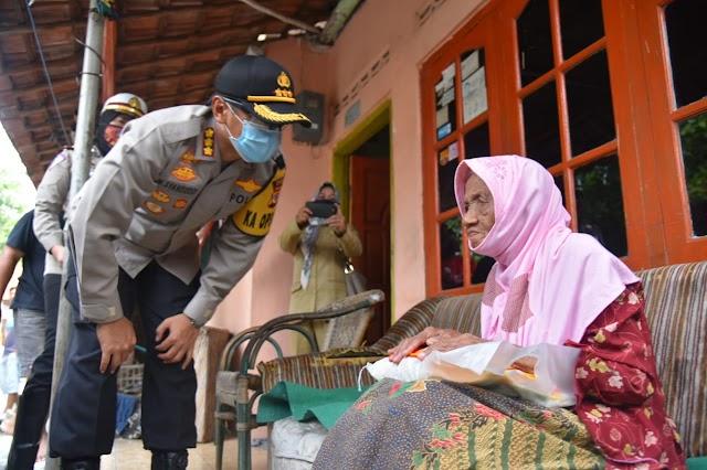 Polresta Cirebon Salurkan Bantuan Ratusan Paket Sembako untuk Warga Terdampak COVID-19 di Enam Desa
