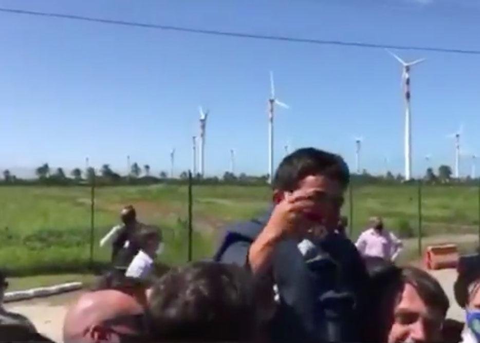 #Vídeo   Bolsonaro carga un enano creyendo que es un niño