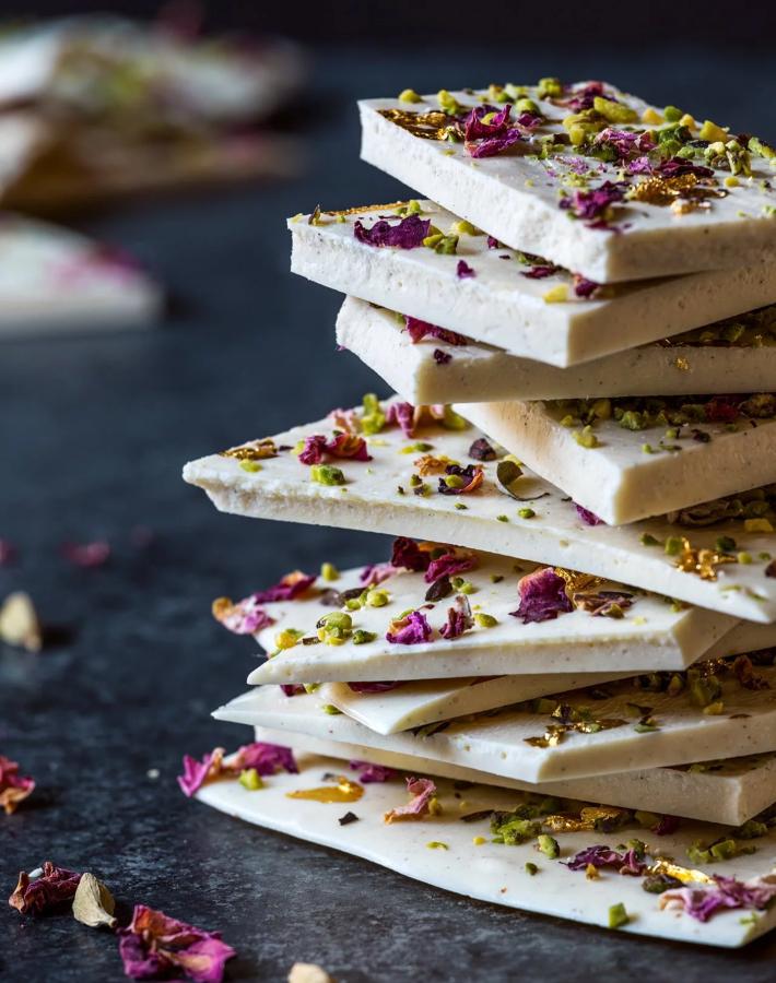 Receta de chocolate blanco con cardamomo y flores