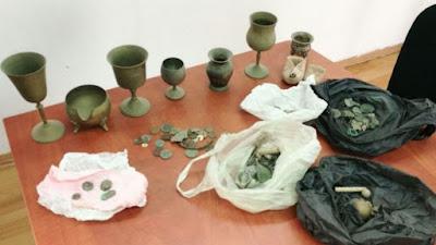 Un depósito de antigüedades judías fue recuperado por la Policía de Israel y la FDI cerca de Hebrón el miércoles, durante una incursión en una casa en el pueblo de Beit Ula.