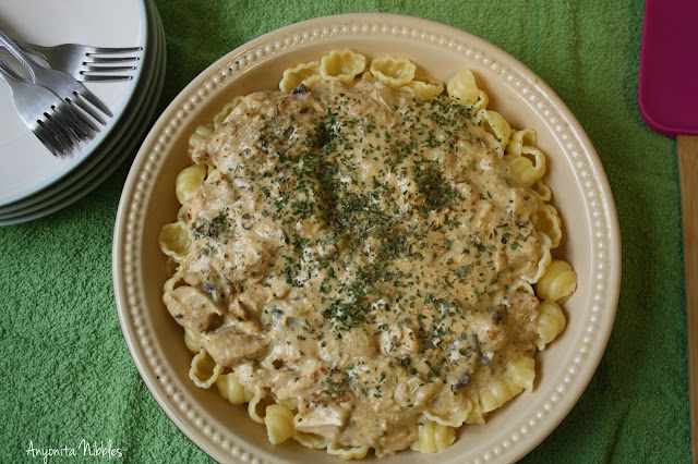 Slowcooker chicken stroganoff with conchiglie