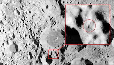 se puede observar un objeto puntiagudo en el suelo de la luna que parece antena