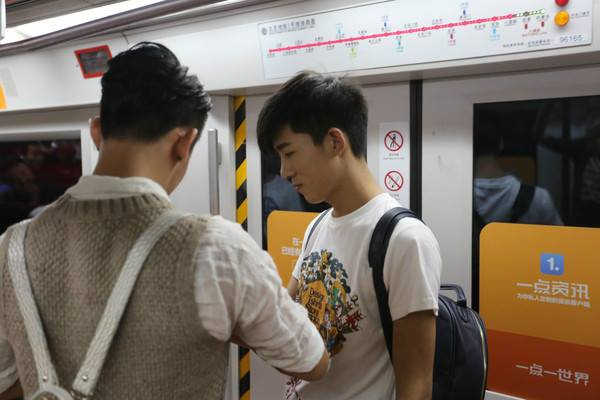 [VIRAL] A boy proposes to his boyfriend on subway in China