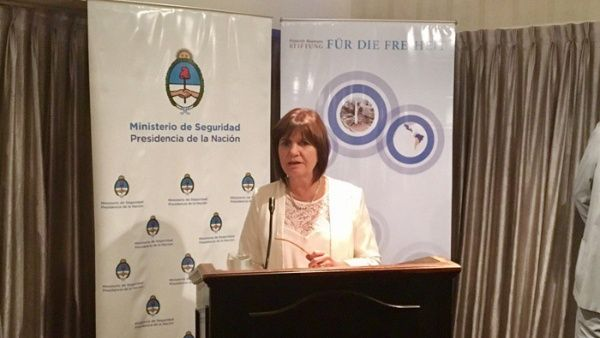 Ministra argentina justifica su discriminación a inmigrantes
