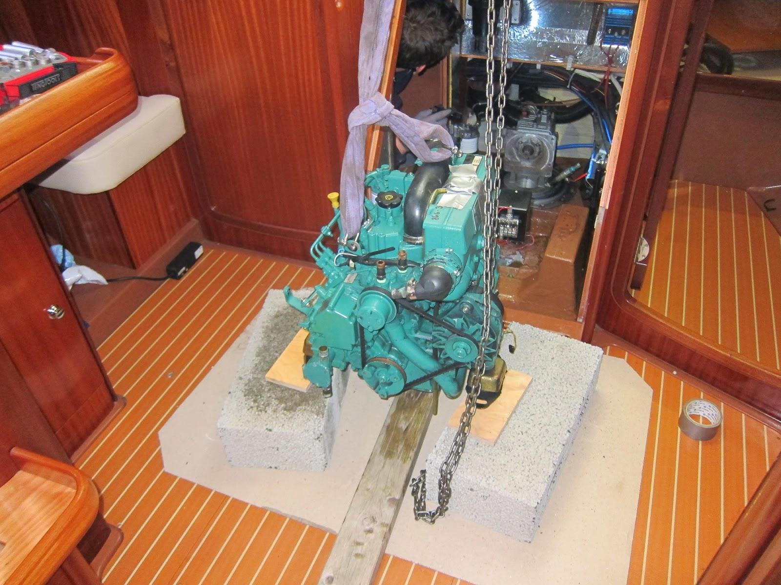 Motor løftet ut og forsvarlig plassert på to Lecablokker