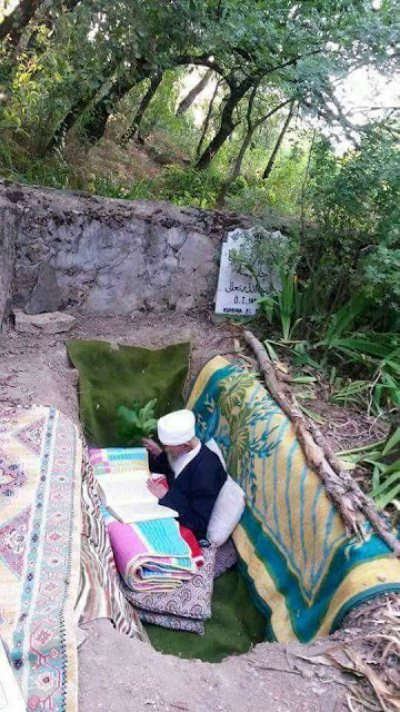 Ngaji Al Qur'an Dalam Liang Lahat Yang Sudah Dipersiapkan Untuk Kematiannya