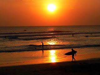 Pemandangan Sunset di Pantai Kuta yang Indah