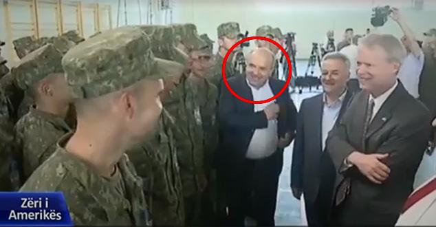 """Вучићев човек, повереник СНС-а, на заклетви """"војске Косова"""" (ВИДЕО)"""