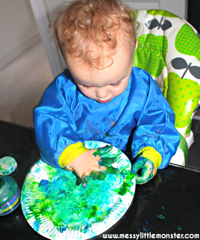 Finger painting technique for toddlers and preschoolers.  A simple paper plate pond craft.