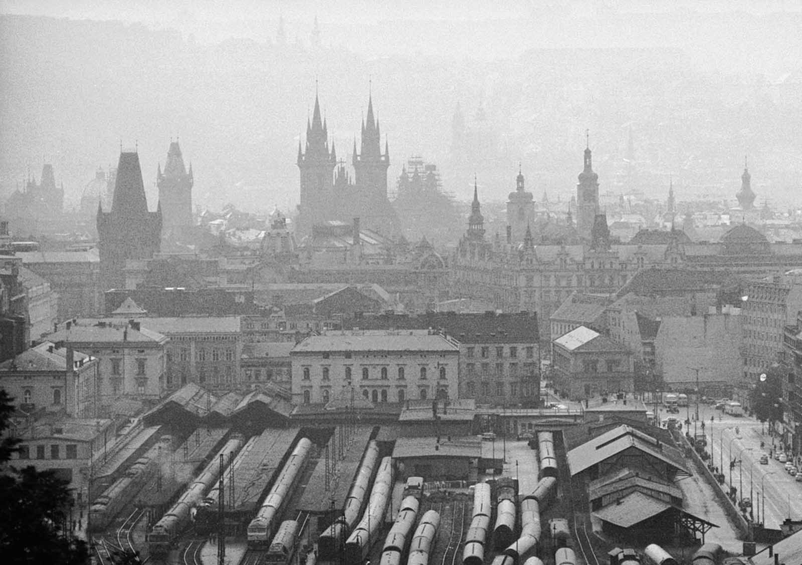 Una vista de la capital checoslovaca, Praga, desde las colinas circundantes, agosto de 1968.