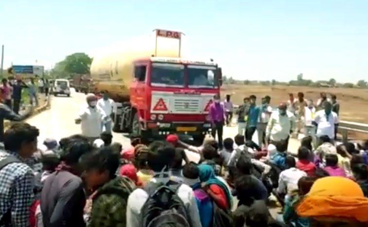 Jhabua News- एमपी-गुजरात बार्डर पर युपी के मजदूरों का हंगामा,पुलिस की गाडियों सहित बसों के कांच फोडे