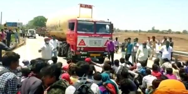 एमपी-गुजरात बार्डर पर युपी के मजदूरों का हंगामा,पुलिस की गाडियों सहित बसों के कांच फोडे