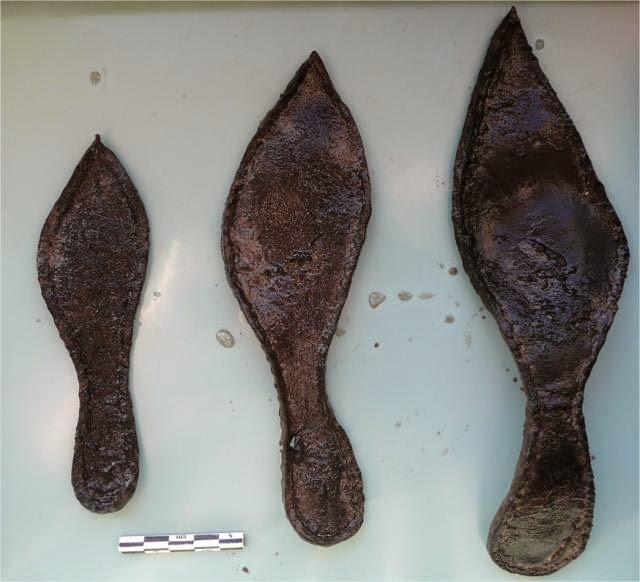 Des tanneurs étaient installés à l'emplacement de l'actuelle place Saint-Germain, à la fin du Moyen-Âge.  De nombreuses chaussures ont été retrouvées. Photo : INRAP