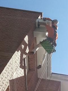 foto de los trabajos de reparación de canalón en madrid