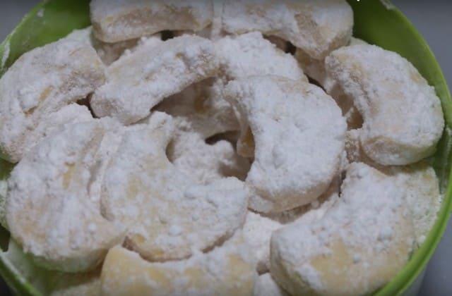 Kue putri salju juga move on, gak selalu dengan taburan gula tapi juga dengan manisan lainnya