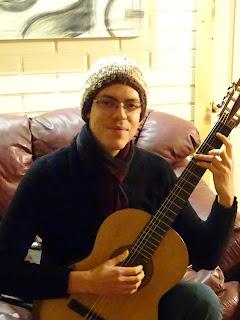 Músico utilizando guitarra de luthier - ANTILKO - Claudio Rojas