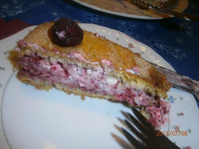 """Málna""""jég""""torta szelet kistányéron  villával"""