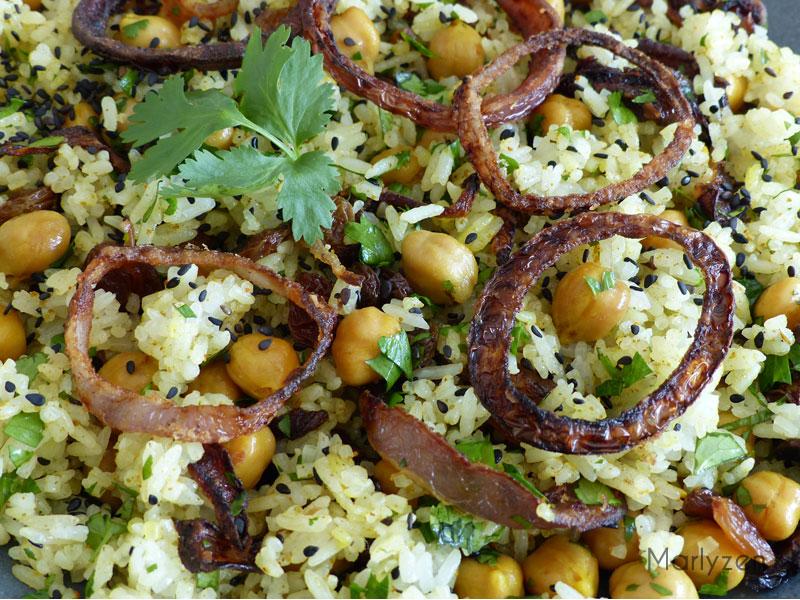 Riz épicé aux pois chiches et raisins secs