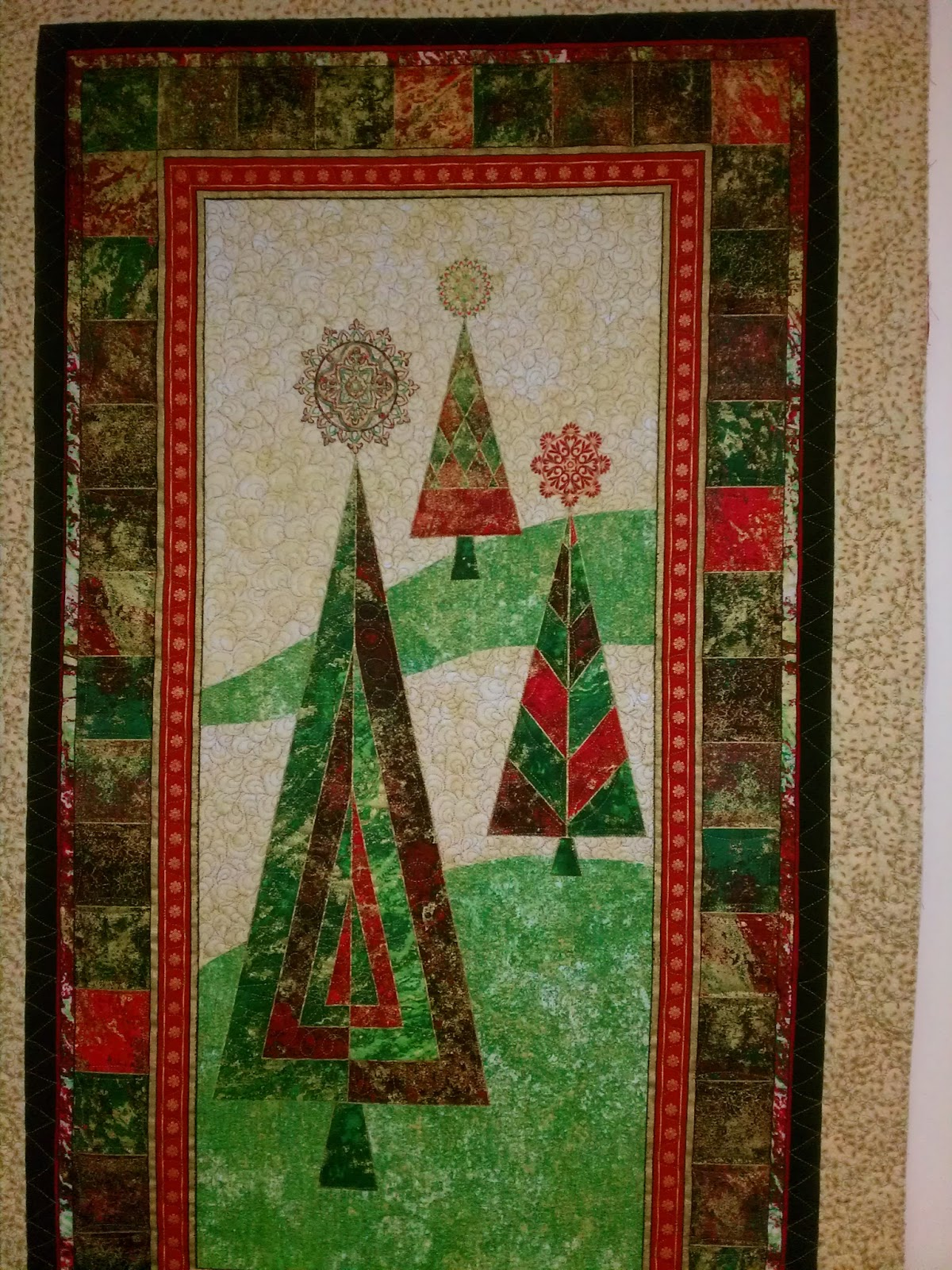 Back Porch Quiltworks: Red, green & gold Christmas tree wallhanging