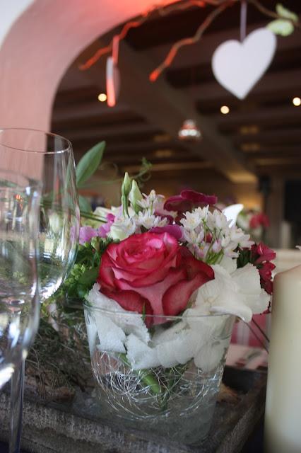 Tischblumen - center pieces - Deutsch-indische Hochzeit im Riessersee Hotel Garmisch-Partenkirchen, Bayern, Navy Blue, Weiß, Fuchsia, Vintage, Schmetterlinge, Ballons - #deutsch-indische Hochzeit #Riessersee Hotel #heiraten in Bayern #Hochzeit in Garmisch