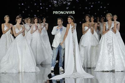 Hervé Moreaun, director creativo de l firma, saludando tras el desfile - Foto: Barcelona Bridal Fashion Week