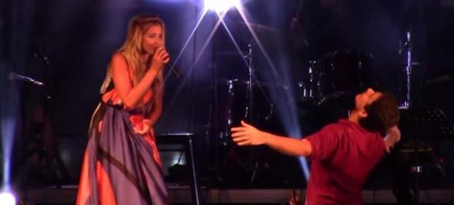 Το συγκλονιστικό ζεϊμπέκικο ενός νεαρού με κινητικά προβλήματα στη συναυλία της Μποφίλιου [βίντεο]