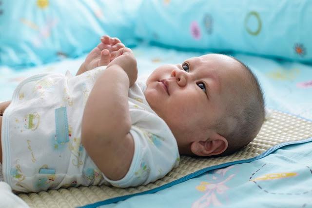 ternyata-tidur-menggunakan-bantal-berbahaya-untuk-bayi