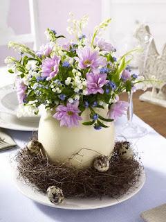 centro tavola con fiori freschi per pasqua