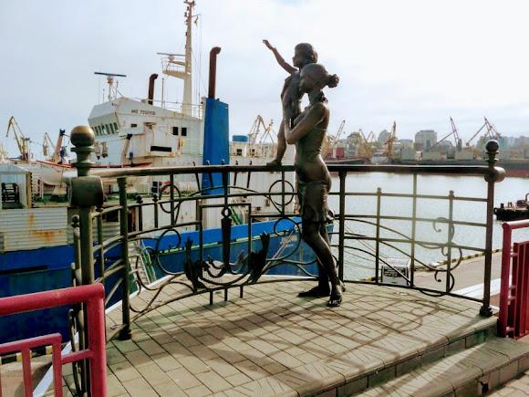 Одесса. Памятник жёнам моряков
