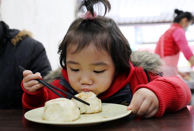小蘋果在吃姑媳養煎水煎包~宜蘭銅板素食早餐