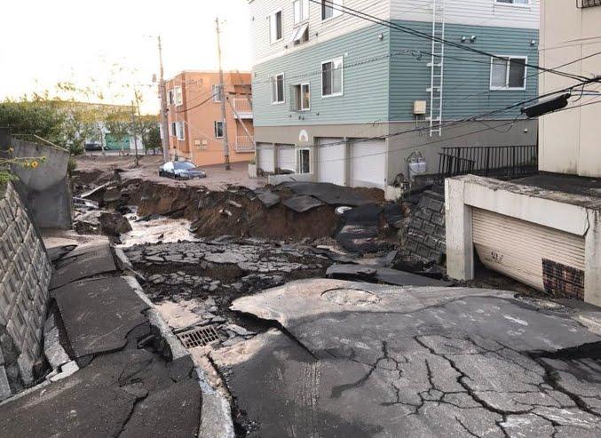 Terremoto Oggi Giappone: Sisma M6,8 più forti repliche a Hokkaido, danni importanti alle strutture, morti feriti e dispersi.
