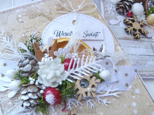 kartka świąteczna ozdobiona szyszkami modrzewiowymi