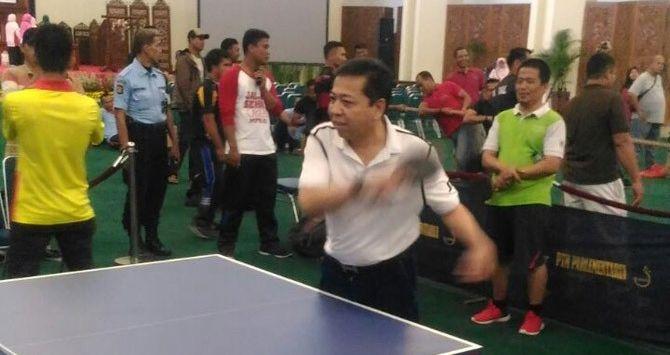 Lihat! Papa Setnov Sudah Bugar, Habis dari Bali Lanjut Main Tenis Meja