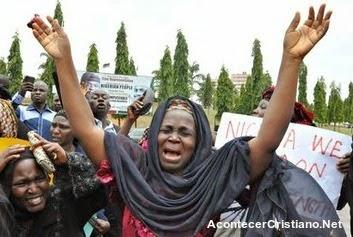 mujeres lloran por secuestro de niñas cristianas