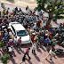 Thêm vụ người dân bao vây đôi nam nữ đi ô tô vì nghi bắt cóc trẻ em