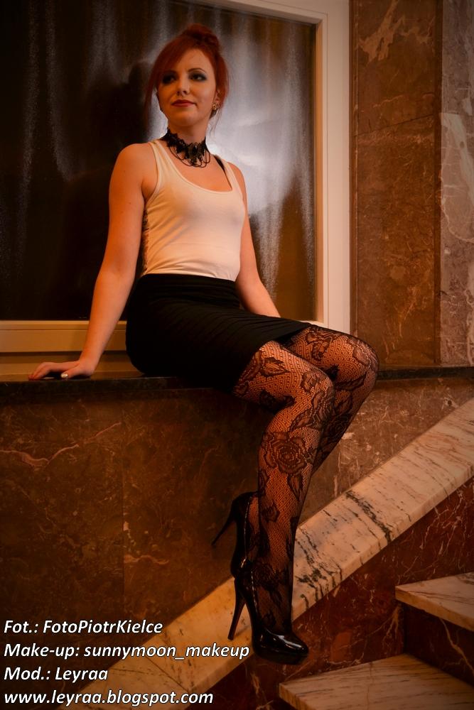Koronkowe rajstopy, biała bokserka, choker, szpilki czarne lakierowane, czarna mini spódnica