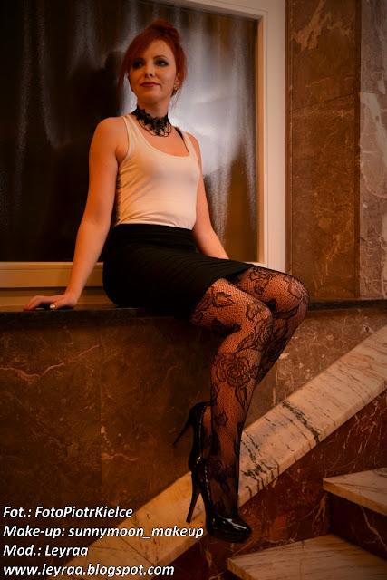 7.12.2016 Koronkowe rajstopy, biała bokserka, choker, szpilki czarne lakierowane, czarna mini spódnica, Sesja WDK Kielce goth style