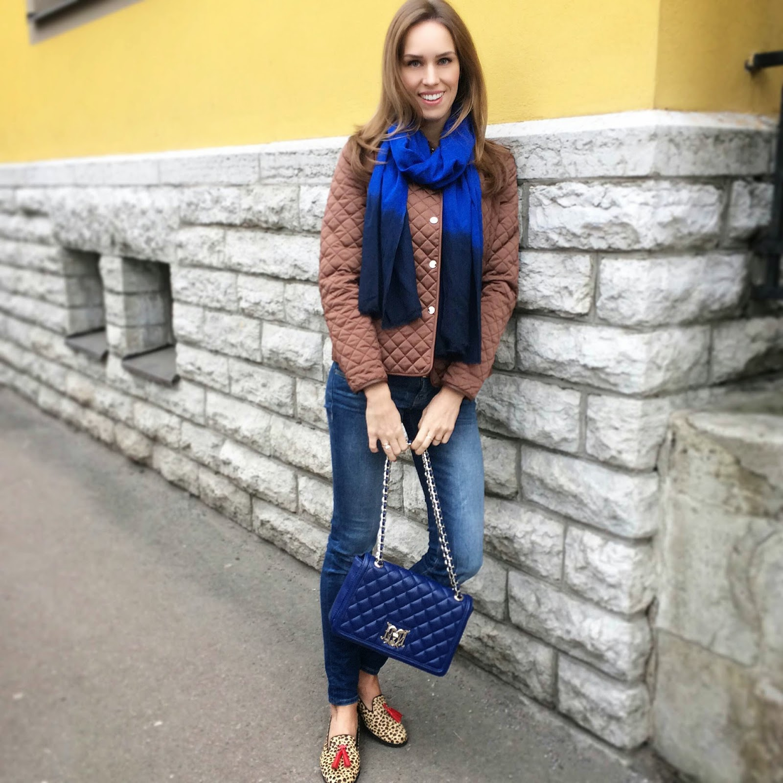 brown-blue-outfit-massimo-dutti-quilted-jacket-guess-jeans-moschino-bag-il-mio-leopard-loafers