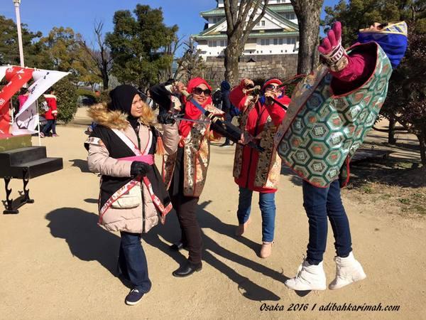 bersama kawan kawan seperjuangan di Osaka Castle