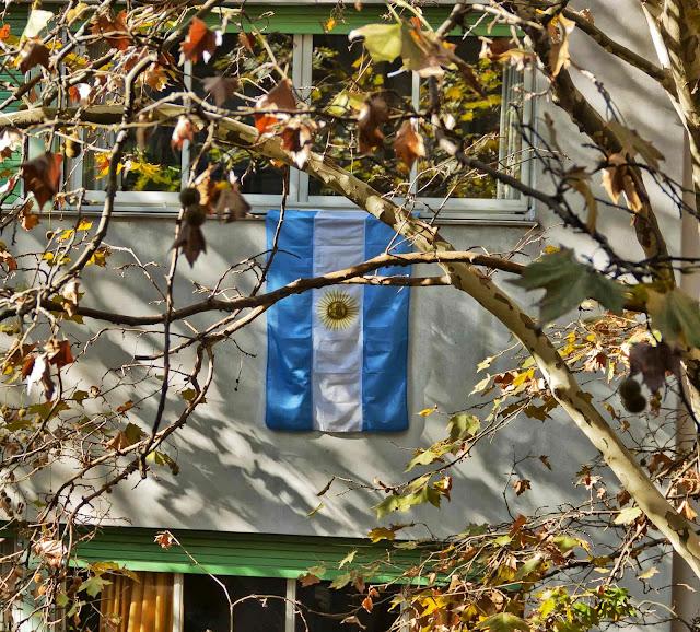 Bandera Argentina pendiente en un balcon