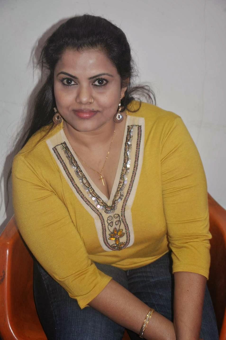 Hot Kerala Mallu House Wife Prameela Kutty Sexposing Deep -2965