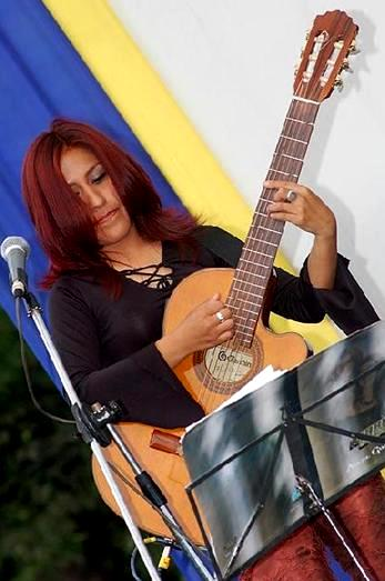 Foto de Ruth Huamaní tocando su guitarra