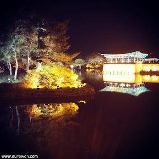 Iluminación nocturna del estanque Anapji de Gyeongju
