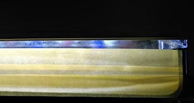 水槽上面のガラス蓋と水槽の隙間をマスクキングテープでふさぐ