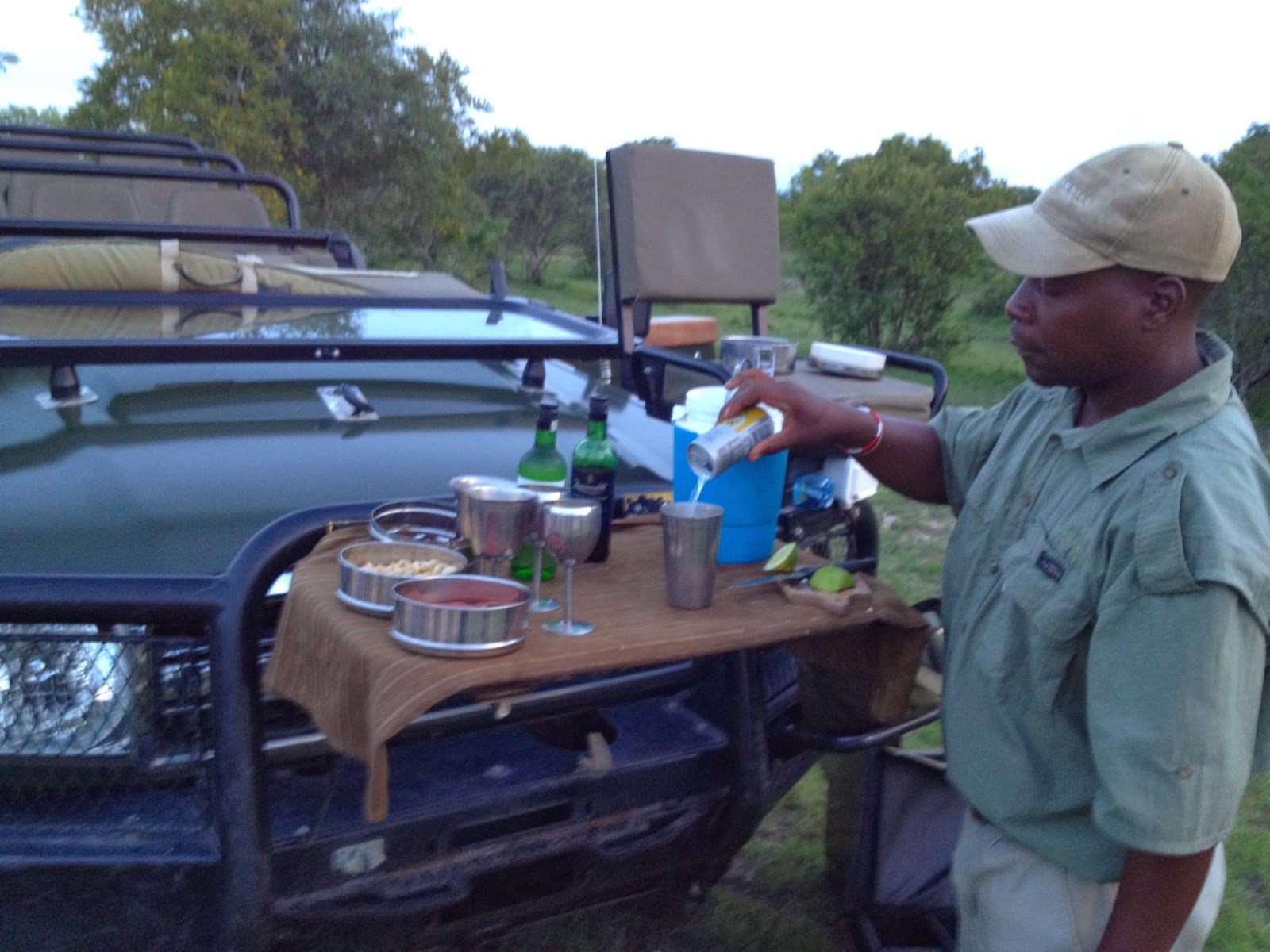 Sabi Sands - Service serving up cocktails before sunset